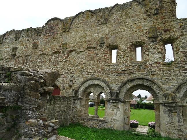 Ruine in stil gotic si romanic